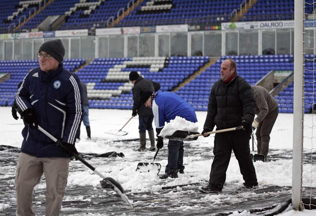 Fans clearing snow ahead of Hull City game - 19-01-2013 2