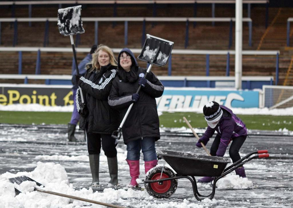 Fans clearing snow ahead of Hull City game - 19-01-2013 3