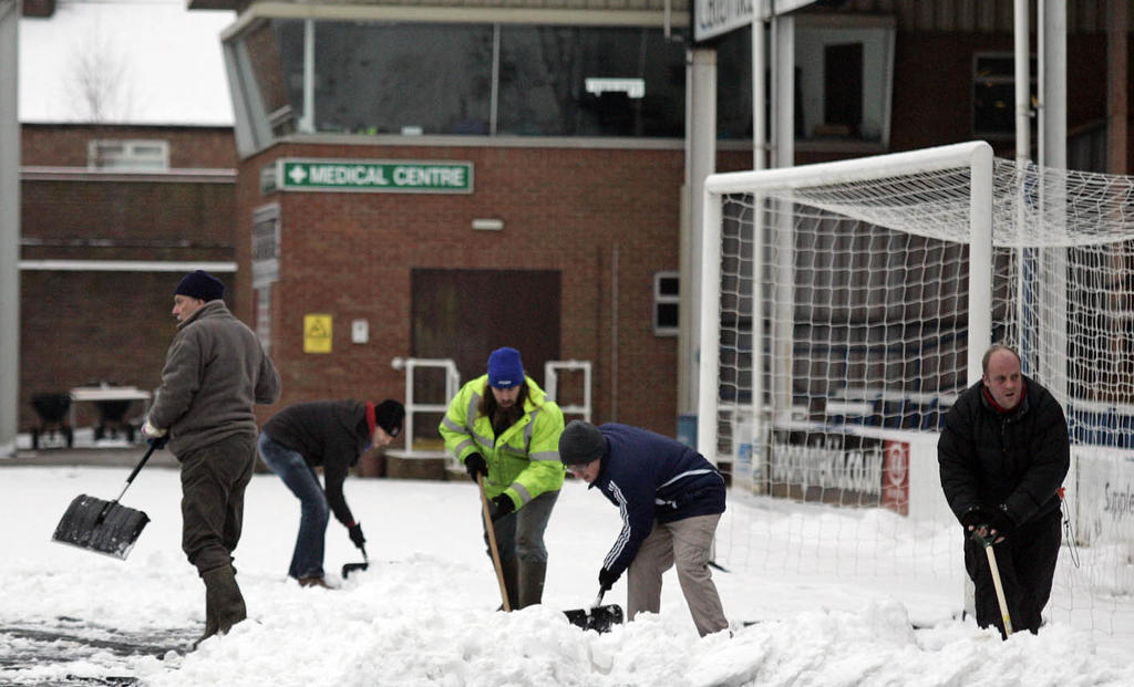 Fans clearing snow ahead of Hull City game - 19-01-2013