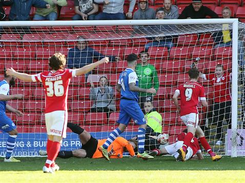 Ben Alnwick cant stop Barnsley equalising in the 95th minute