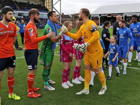 Ben Alnwick shakes Luton Towns Mark Tyler hand pre-match