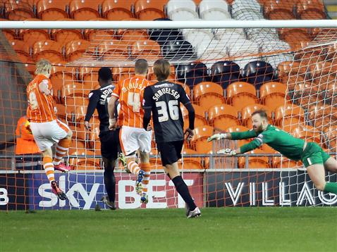 Ben Alnwick unable to stop Mark Cullen putting in the rebound from the his penalty save v Blackpool